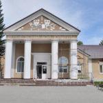 В здании дома культуры села Верх-Обское устроен небольшой мемориальный музей Михаила Евдокимова, артиста и губернатора.